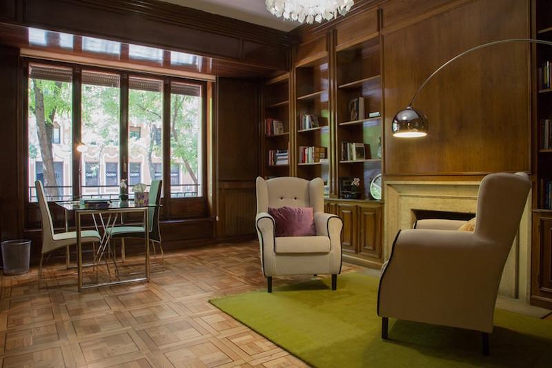 psicólogos Madrid centro, Aesthesis gabinete psicológico, despacho bonito, clásico de madera de centro Rubén Darío