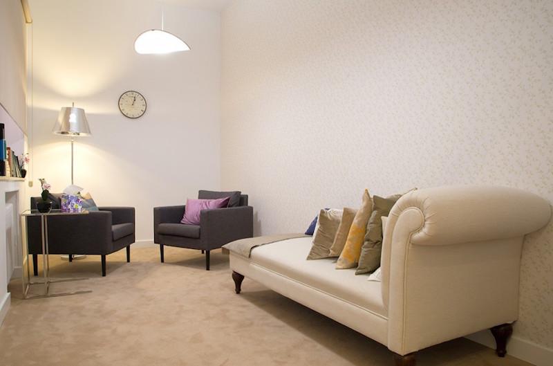 psicólogos Madrid centro, Aesthesis gabinete psicológico, despacho bonito con divan de centro Rubén Darío