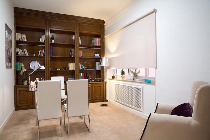 psicólogos Madrid centro, Aesthesis gabinete psicológico, despacho bonito, luminoso, con mueble de madera y ventanal de centro Rubén Darío