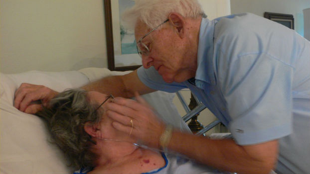 Hombre mayor acariciando a una mujer.