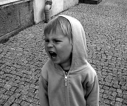 Niño enfadado.
