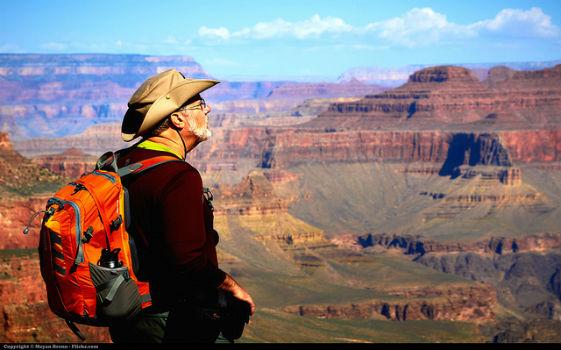 Viajero mirando al horizonte