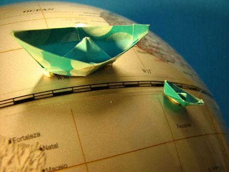 Globo del mundo y barcos