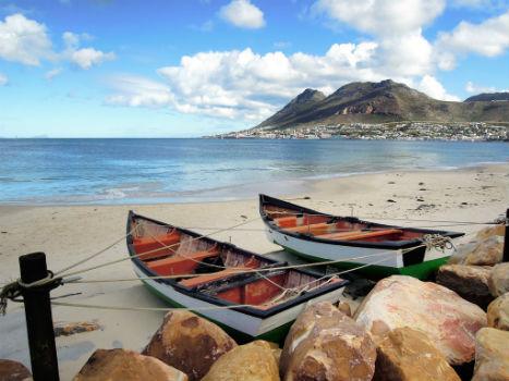 Dos barcas en la arena del mar