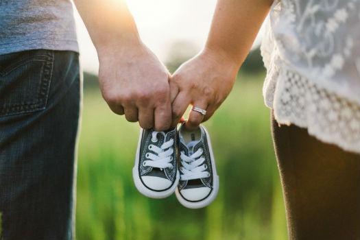 Patucos agarrados por una pareja