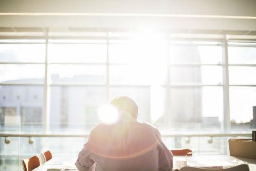 Hombre trabajando solo