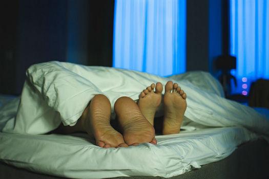 pies-pareja-menopausia-cama