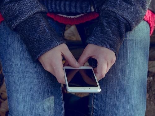 adiccion nuevas tecnologias adolescentes, chica con movil