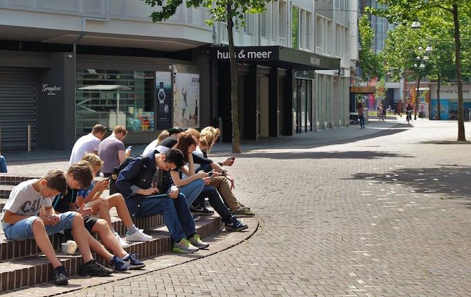influencia nuevas tecnologias en los adolescentes, grupo de jovenes usando el movil y sin hablar
