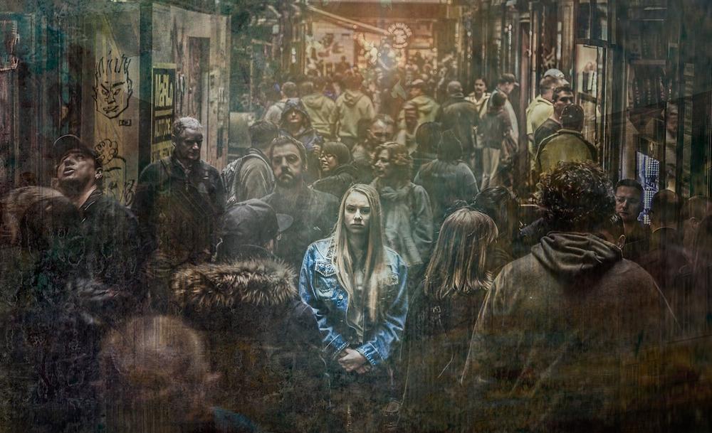mitos sobre la enfermedad mental, mujer en medio de barullo de gente