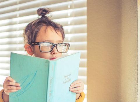 Niño estudiando.