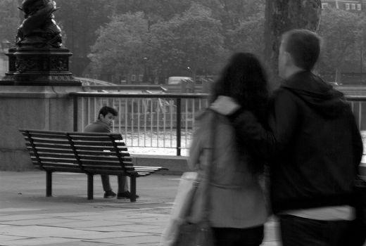 pareja paseando observada por otra persona