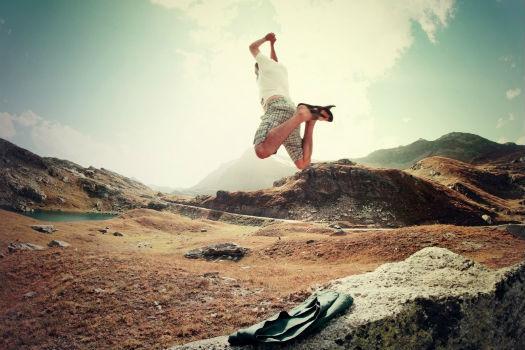 Persona disfrutando durante una escapada a la montaña
