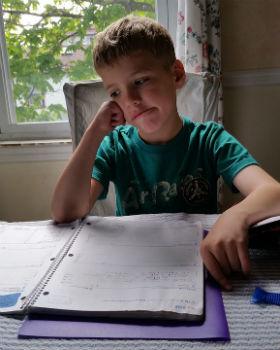 Niño no muestra atención en sus deberes del colegio
