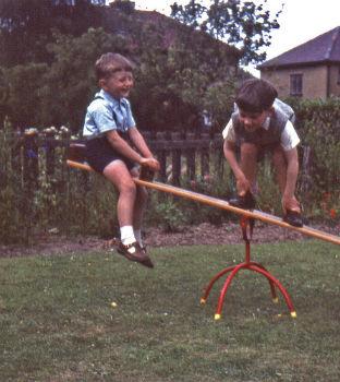 Niños juegan en el parque