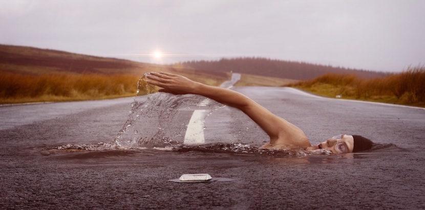 fibromialgia, beneficios del ejercicio físico, mujer nadando en asfalto
