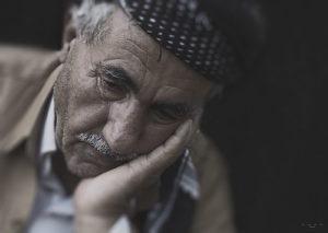 maltrato en la vejez, persona mayor triste