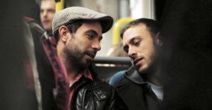 Dos hombres muestran su afectividad en público