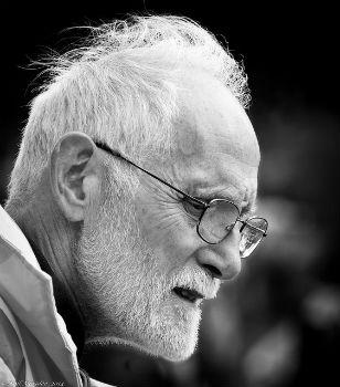 Anciano con expresión de tristeza
