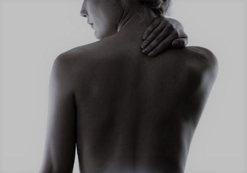 Mujer con la mano sobre las cervicales.