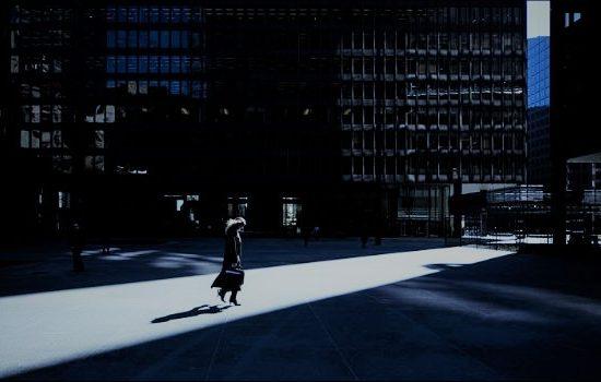 Mujer caminando sola por la calle.
