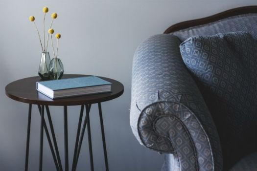 Foto de sillón y mesita