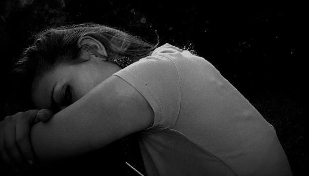 chica joven con depresion