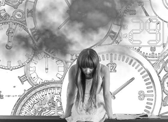 Que es procrastinar, chica rodeada de relojes