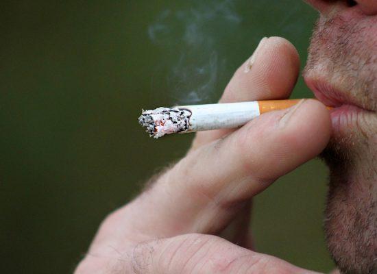 efectos negativos tabaco salud fisica salud emocional, cara hombre fumando