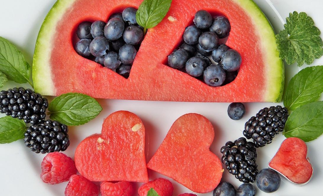 psicologia y nutricion, habitos aliemnticios saludables, composición de frutas con corazones