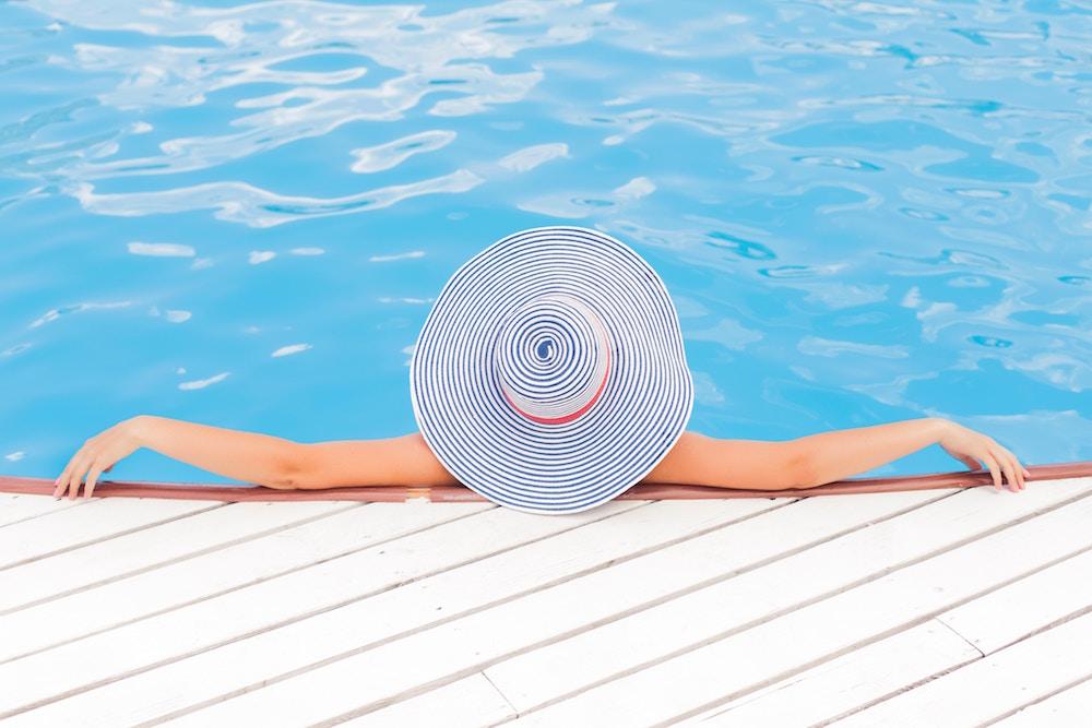 Beneficios del verano para la salud física y mental, mujer de relax en psicina