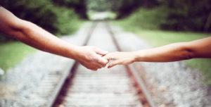 segunda oportunidad, terapia de pareja madrid, manos unidas de una pareja en una vía de un tren