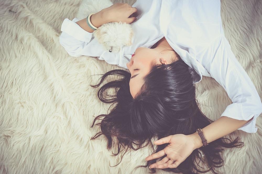 las fases del sueño, psicología, chica durmiendo
